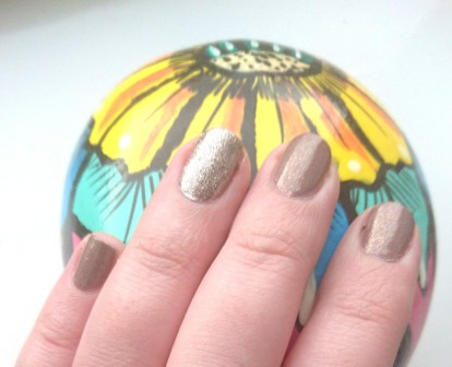 NOTD - Primark Nail Polish and Essence On Air gold glitter nail polish!